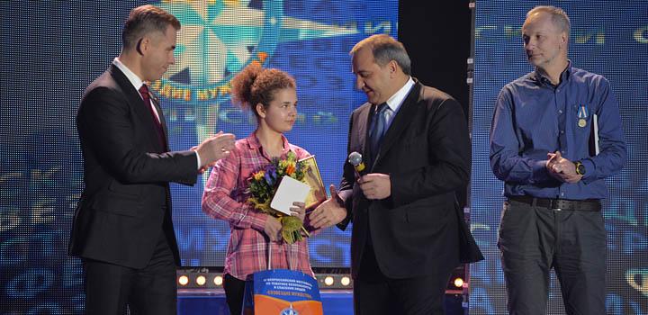 Павел Астахов и министр Владимир Пучков награждают полярников