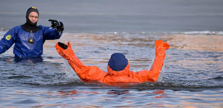 В пруду, как и в Ледовитом океане, надо плыть на спине