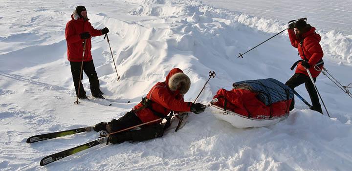 Перелезая через гряду торосов, сломали две лыжи. Фото: Анатолий Жданов / Коммерсантъ