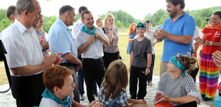Губернатор В. Кондартьев (в центре) и смелый мальчик