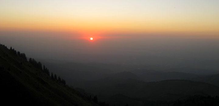 Солнце, обрамленное оранжевым ореолом, растворилось, коснувшись горизонта.