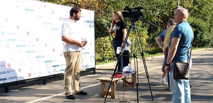 Матвей Шпаро дает интервью для телевидения
