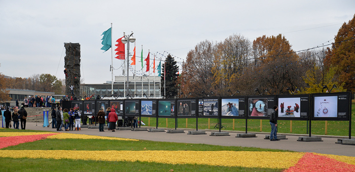 Выставка-путешественница разместилась на центральной аллее Дворца пионеров на Воробьевых горах.