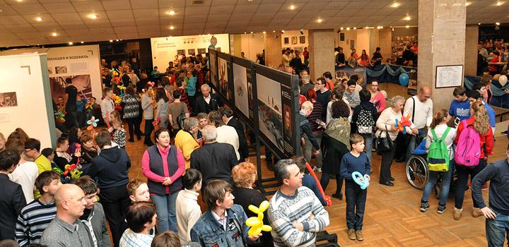 Почти тысяча гостей пришла в Дом кино на традиционный благотворительный вечер.