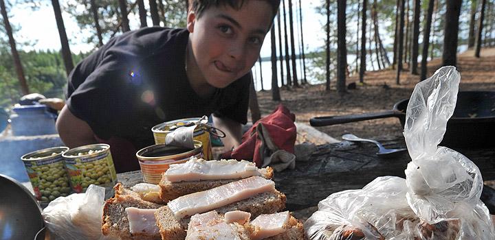 В походе питаются не какими-нибудь тортиками, а обычной едой.