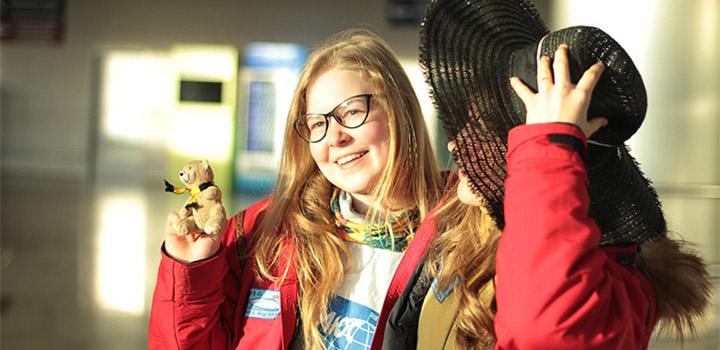 Медведь и шляпка. Фото пресс-службы Министерства образования и науки РФ.