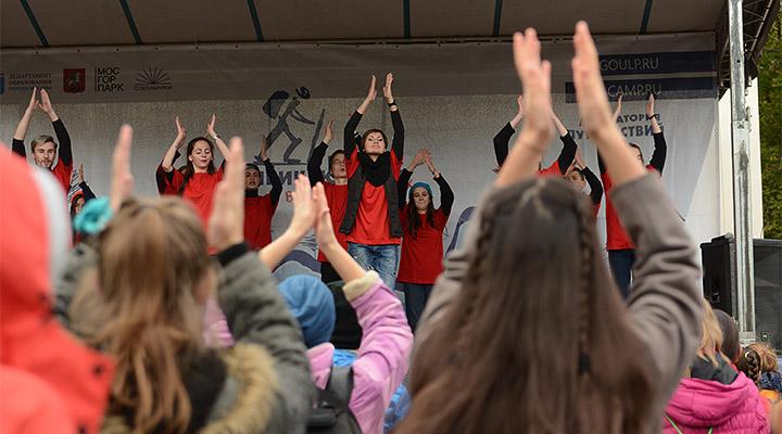 На сцене зажигал танцевальный коллектив колледжа № 7.