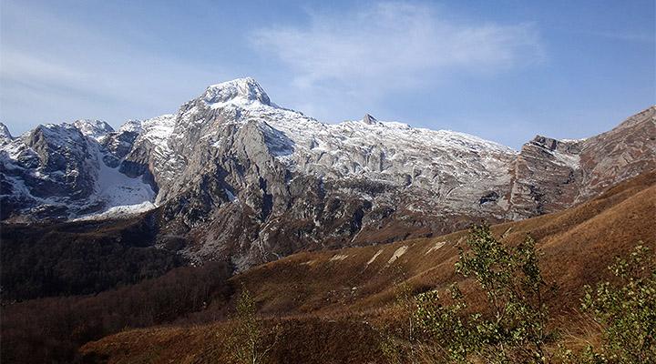 Высокая цель. Массив Фишта, слева – Малый Фишт и Малый Фиштинский ледник.