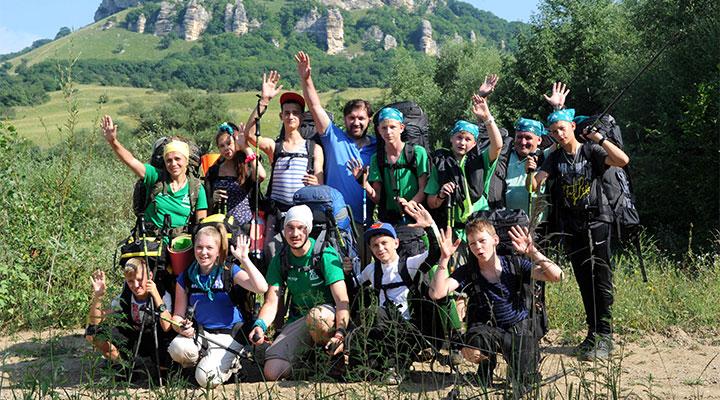 Наталья Сергеевна (стоит крайняя слева) и ее команда.