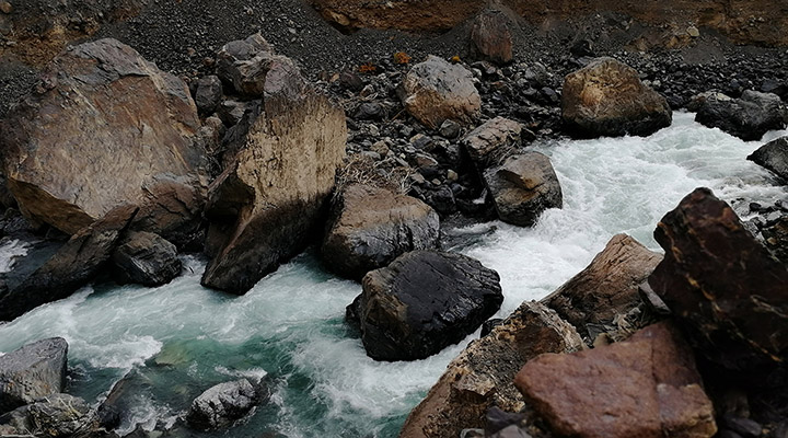 Русло реки забито валунами размером с сарай.