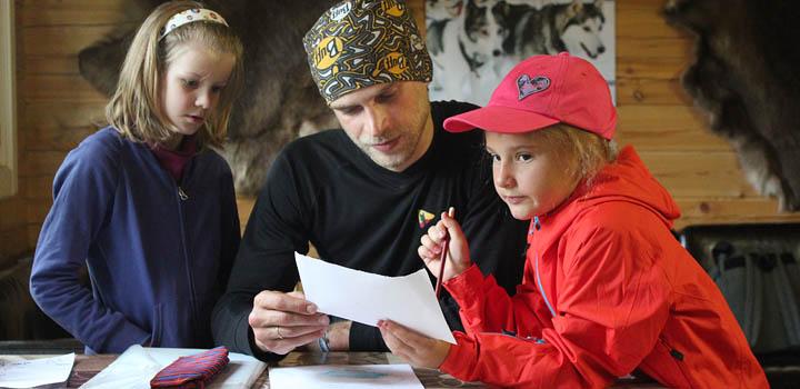 Инструктор пишет, «маленькие герои» проверяют