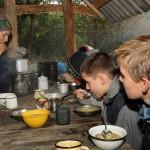 Во время путешествия участники готовят пищу самостоятельно