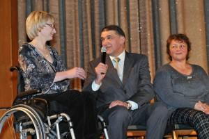 Д.И.Шпаро и участницы паралимпиады Марина Лыжникова (слева) и Ирина Кальянова (справа)