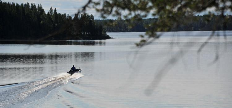 Берег озера осматривали с моторной лодки