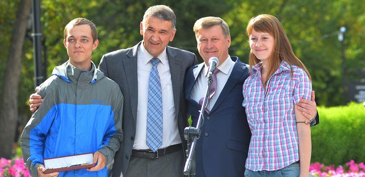 Слева направо: Кирилл Матухно, Дмитрий Шпаро, мэр Анатолий Локоть, Марина Фидлер