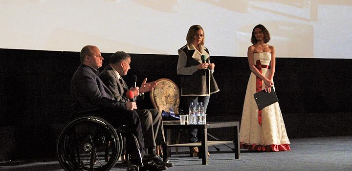 На сцене Дома кино (слева направо): Владимир Крупенников, Дмитрий Шпаро, бобслеистка Ирина Скворцова и ведущая Евгения Тодорова.