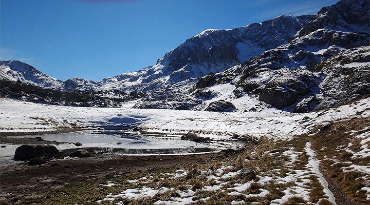 Покоренные вершины. Озеро Псенадах с видом на Фиш-Оштеновский перевал.