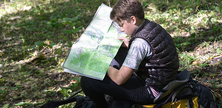 «Большое Приключение« в Краснодарском крае. Лидер дня обдумывает маршрут команды.