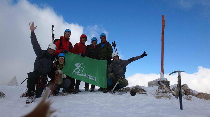 Флаг «Большого Приключения» на вершине Фишта.