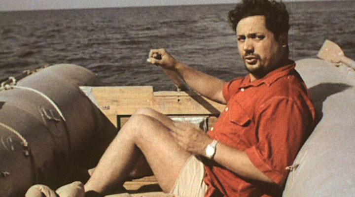Ален Бомбар в своей лодке «Еретик», Атлантический океан, 1962 год.