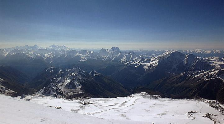Большой Кавказ. Справа – Донгуз-Орун, в центре – двуглавая Ушба.