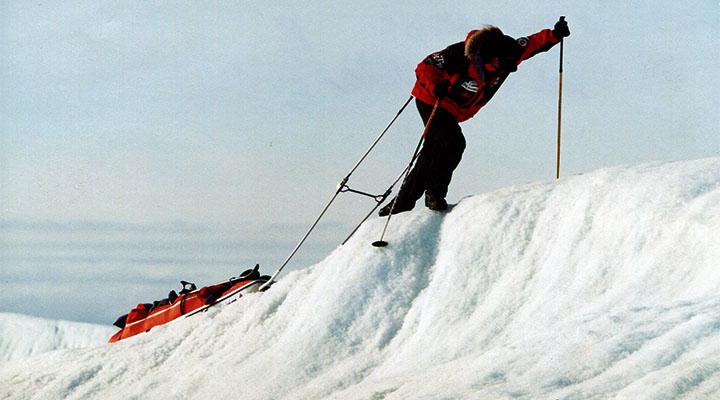 У побережья ледовый купол Гренландии имеет необычную волнообразную поверхность.