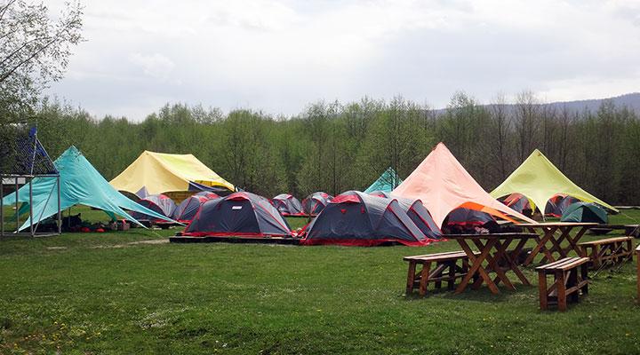 Палатки расправили разноцветные крылья