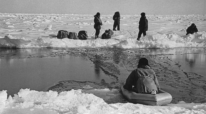 Полыньи переплывали в небольшой спасательной лодке.