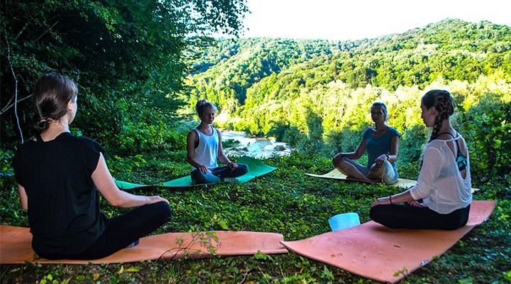 Йога на фоне зеленых гор.