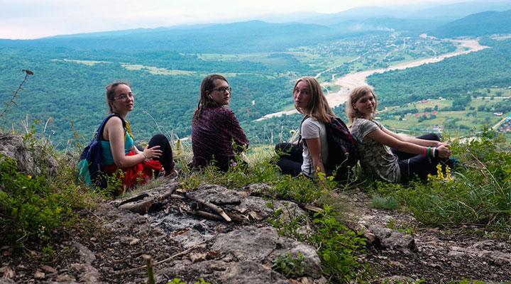Команда волонтеров на скале Кизинчи